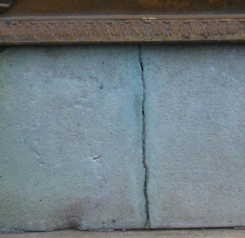 Трещина на белом мраморе под табличкой. Западная сторона. Май 2010 г.
