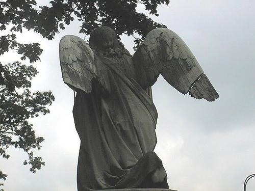 Атмосферные грязевые отложения, биологические налеты и механические повреждения на скульптуре ангела.