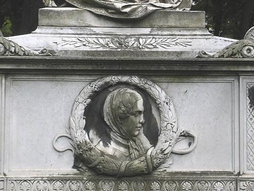 Образование и отслаивание  черной гипсовой корки на портретном барельефе Е.А.Кочубей.