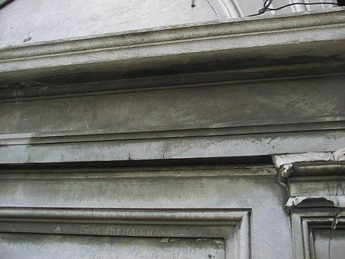 Отслаивание первичной черной корки. Фрагмент декоративной стенки.