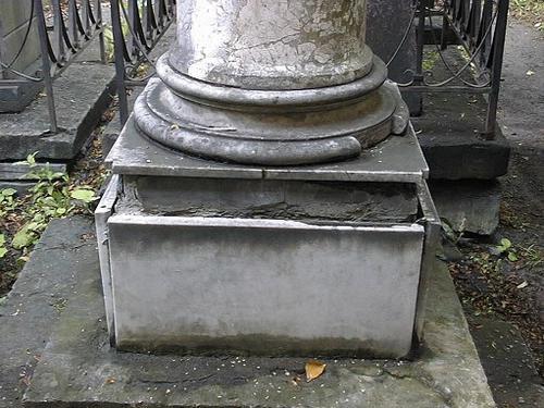 Механические повреждения, утрата элементов памятника. Постамент из белого мелко-, среднезернистого мрамора.