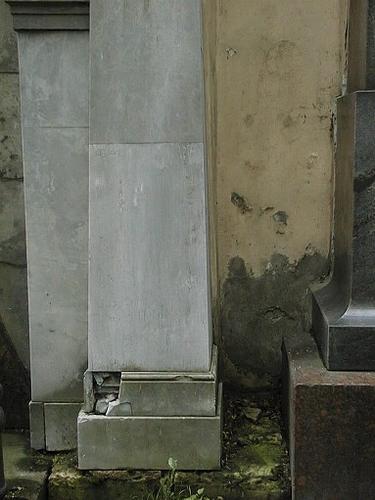 Фрагмент портала из тонкополосчатого, со светлыми прожилками мрамора. Видны выбоины и сколы.