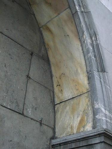 Натеки желтовато- коричневого цвета на внутренних краях портала.