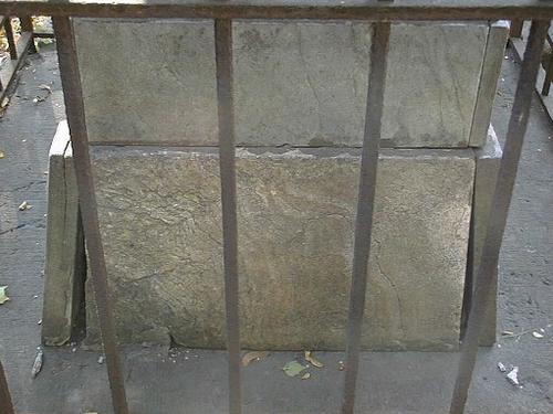 Отхождение нижних плит постамента, трещины.