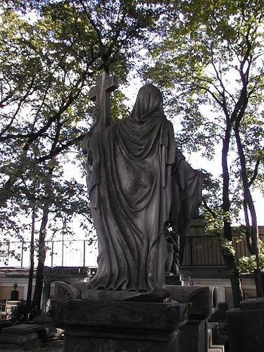 Налеты биологического происхождения на скульптуре «Вера».