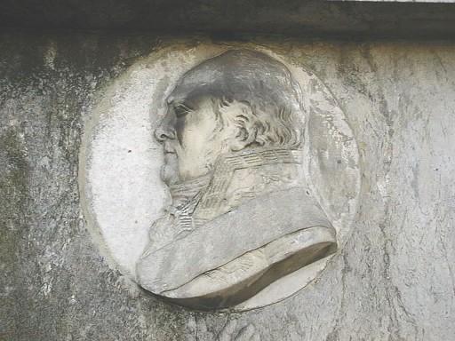Портретный барельеф из белого мелко-, среднезернистого мрамора. Видно начало образования черной гипсовой корки. Фото июля 2002 г.