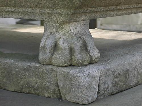 Углубления и впадины из-за выветривания, налеты биологического происхождения на   ножке саркофага в форме лапы льва (Северная сторона).