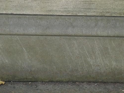 Отшелушивание, налеты биологического происхождения на постаменте из светло-серого, мелко-, среднезернистого, однородного мрамора.