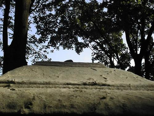 Углубления и впадины из-за выветривания, слабо проявленное отслаивание мрамора на крышке саркофага.