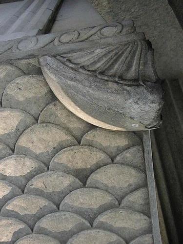 Отслаивание гипсовой корки вместе с мрамором на декоративном элементе крышки саркофага.