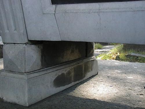 Начало образования обогащенной гипсом патины на ножках саркофага.