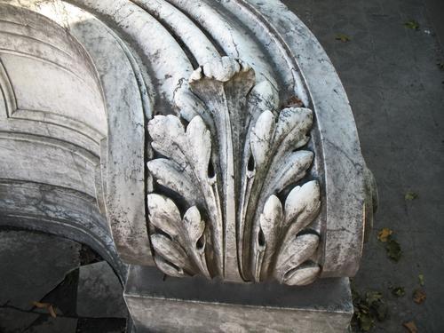 Грязевые наслоения на поверхности мрамора и колонии темноокрашенных грибов