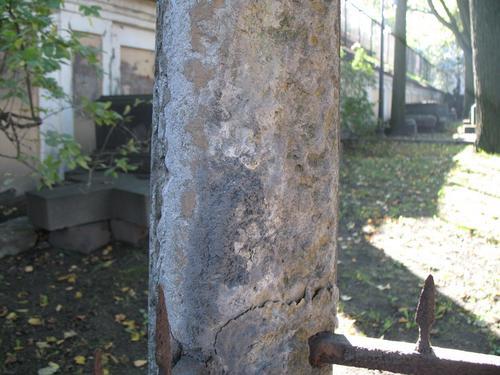 Отслаивание фрагментов камня и гипсовая патина на поверхности плитчатого известняка.