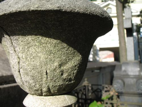 Выкрашивание поверхности мрамора. Налет водорослей на поверхности камня.