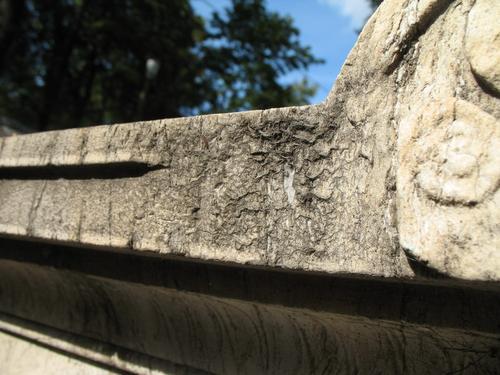 Грязевые натеки на мраморе. Вертикальная поверхность памятника.