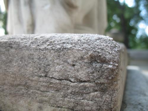 Выкрашивание поверхности мелкозернистого мрамора с преобладанием колоний темноокрашенных грибов