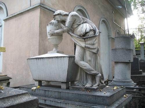 Общий вид надгробного памятника. Грязевые наслоения на поверхности мрамора.