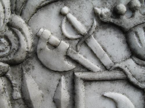 Колонии темноокрашенных грибов на мраморе рельефного медальона
