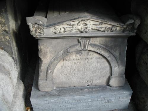 Образование и отслаивание гипсовой корки, колонии темноокрашенных грибов на саркофаге из мрамора.