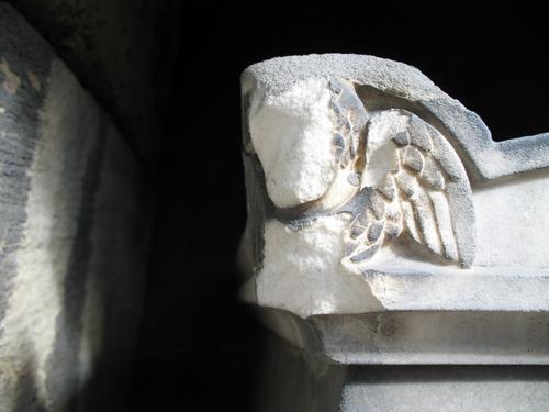Образование и отслаивание гипсовой корки на верхней части саркофага из мрамора.