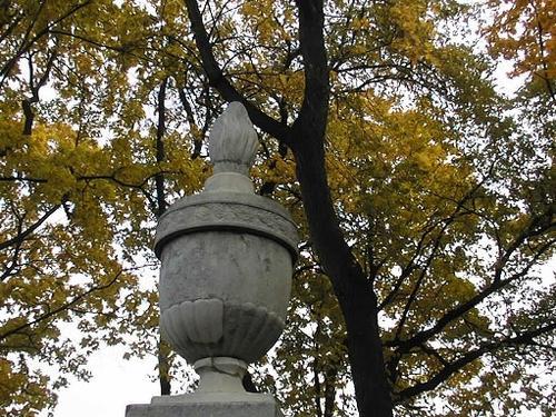 Вставки другого мрамора, замастикованные трещины на   вазе-светильнике из белого мелко-, среднезернистого мрамора.