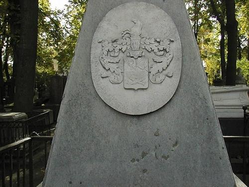 Отшелушивание на белом мраморе (фрагмент обелиска с северной стороны).