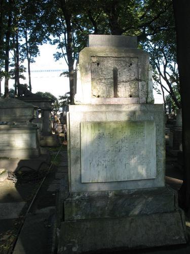 Налет водорослей на мемориальной доске из белого однородного мрамора (южная сторона).