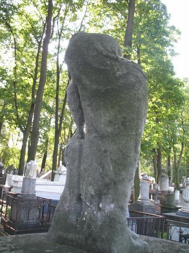 Налет водорослей на мраморной скульптуре плакальщицы
