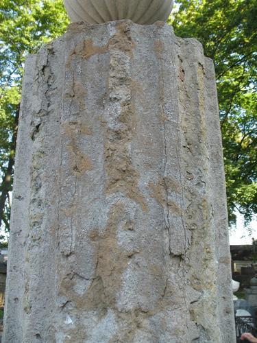 Отслаивание на колонне из плитчатого известняка.