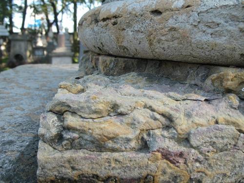 Трещины на постаменте из плитчатого известняка.