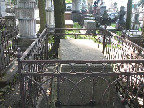 Общий вид надгробного памятника с восточной стороны.