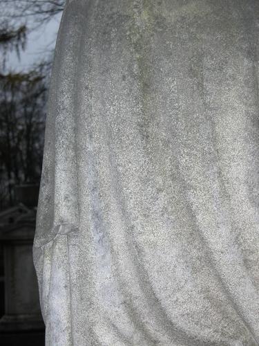 Фрагмент урны. Восточная сторона. Видно отшелушивание, налет из атмосферных грязевых отложений и налетов биологического происхождения. Фото ноября 2003 г.