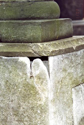 Северо-западный угол постамента. Видно сильно проявленное выкрашивание. Фото ноября 2003 г.