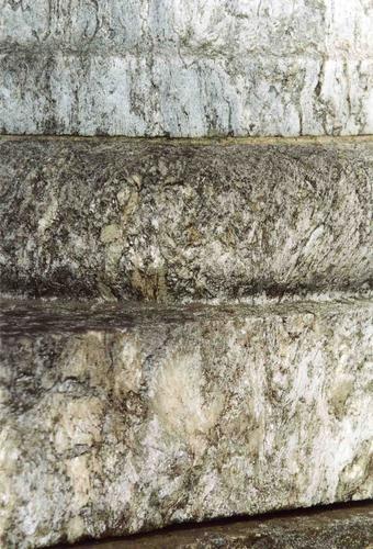 Фрагмент полуколонны из серо-зеленой, мелко-, среднезернистой карбонатной г/п с включением актинолита. Видно незначительно проявленное отшелушивание. Фото ноября 2003 г.