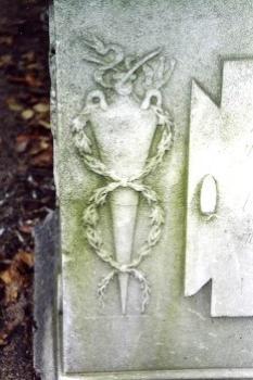 Фрагмент постамента из белого, мелко-, среднезернистого мрамора. Северная сторона. Видно отшелушивание, водоросли. Фото ноября 2003 г.