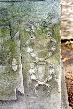 Фрагмент постамента. Южная сторона. Видна трещина, приводящая к расколу г/п, налет из атмосферных грязевых отложений и налетов биологического происхождения. Фото ноября 2003 г.
