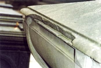 Крышка саркофага. Южная сторона. Видны выбоины и сколы неизвестного происхождения. Фото ноября 2003 г.