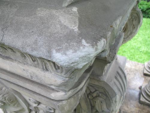 Выкрашивание мрамора на углу крышки саркофага. Загрязнение на горизонтальной поверхности крышки саркофага. Восточная сторона памятника.