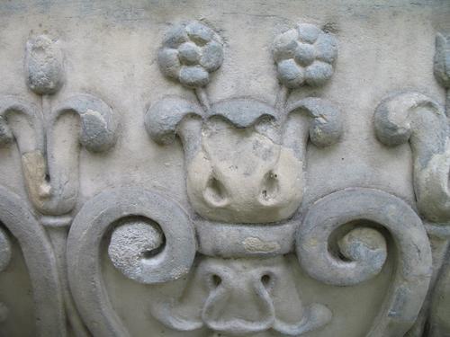 Загрязнения на поверхности камня. Огрубление мрамора.Рельеф на саркофаге. Южная сторона памятника.