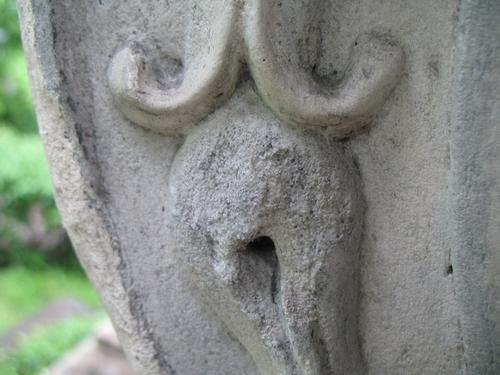 Выкрашивание поверхности мрамора. Колонии темноокрашенных грибов. Загрязнения на поверхности мрамора. Ножка саркофага. Западная сторона памятника.
