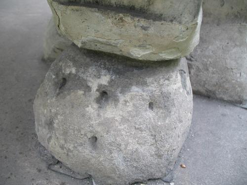 Выкрашивание поверхности мрамора. Темная корочка на поверхности мрамора. Вероятно, начало образования гипсовой корки на поверхности памятника. Нижняя часть ножки саркофага. Северная сторона памятника.
