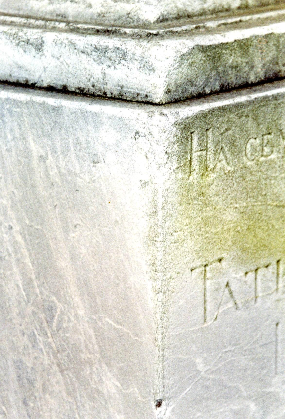 Фрагмент постамента из светло-серого, мелко-, среднезернистого, однородного мрамора. Южная сторона. Видно огрубление поверхности из-за выкрашивания, отшелушивание. Фото ноября 2003 г.