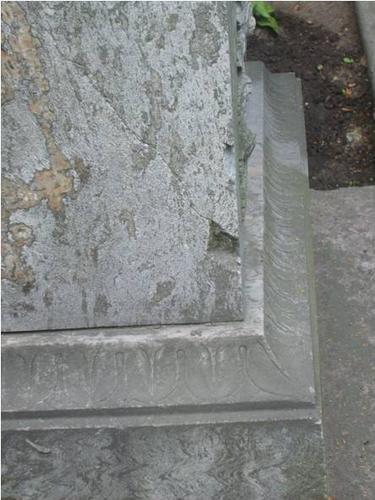 Трещины, выбоины и грязевые наслоения на сером мраморе