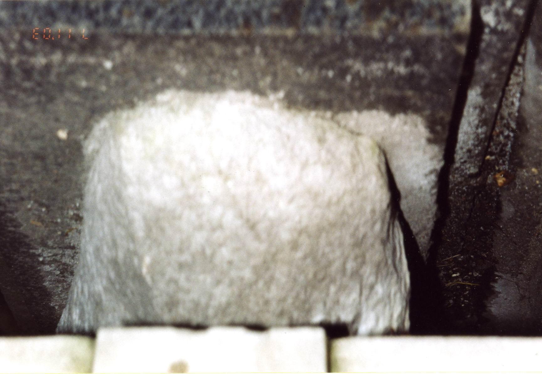 Ножка саркофага. Северная сторона. Видны углубления и впадины из-за выкрашивания. Фото ноября 2003 г.