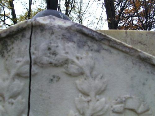 Сплошная трещена под крестом и скол неизвестного происхождения на белом мелко- среднезернистом мраморе. Южная сторона. Сентябрь 2010г.