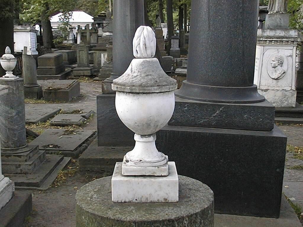 Ваза-светильник из белого, мелко-, среднезернистого мрамора. Видно огрубление поверхности из-за выкрашивания. Фото июля 2002 г.