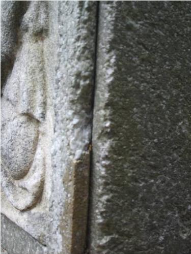 Огрубление поверхности, биологический налет (водоросли) на белом крупнозернистом мраморе.