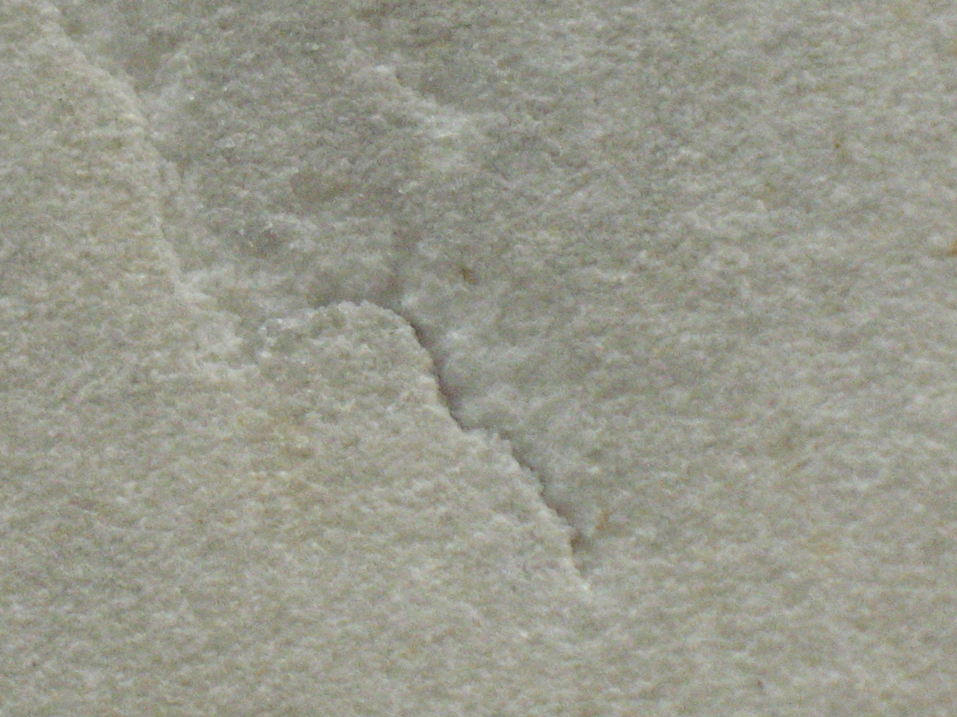Трещина на белом мраморе