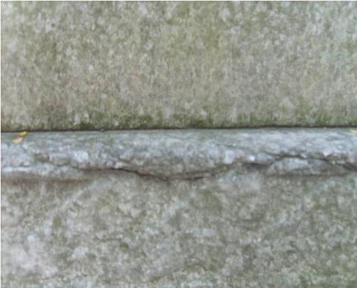 Трещины на белом крупнозернистом мраморе.