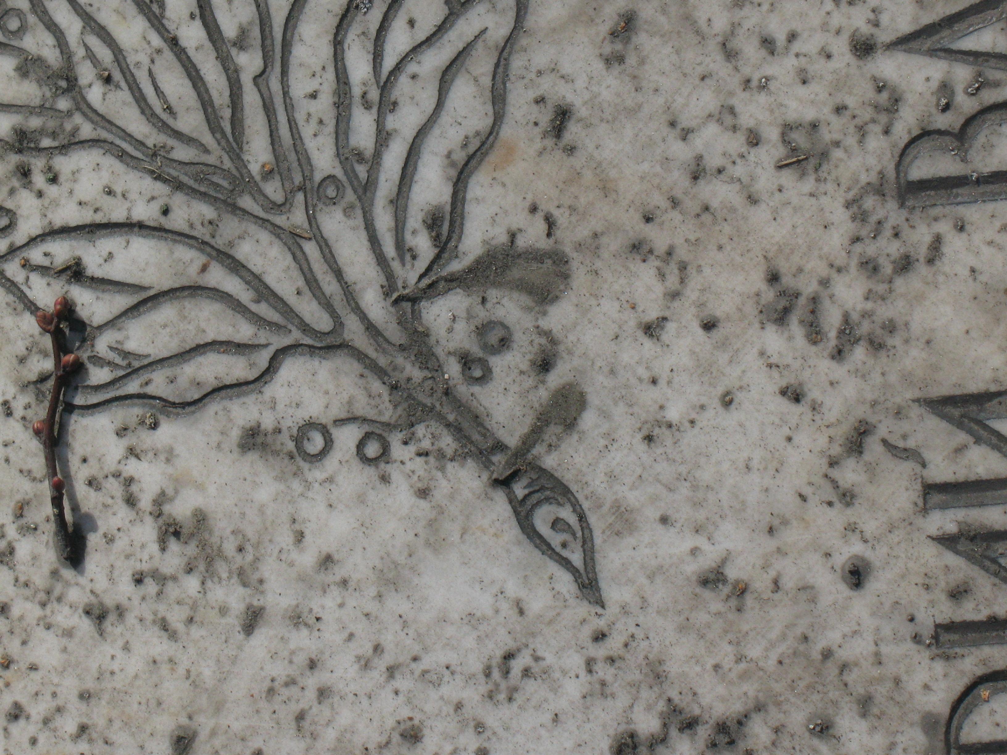 Трещины и грязевые наслоения на белом мраморе